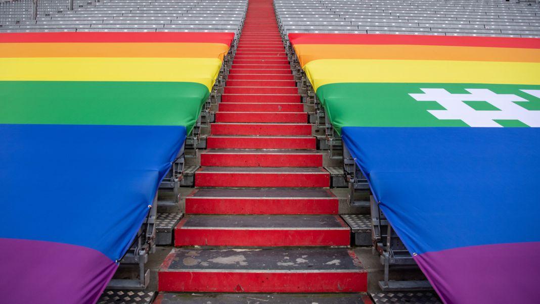 Eine Regenbogenfahne ist über die Sitzreihen in der Südkurve des Münchner Stadions gespannt - als Zeichen gegen Diskriminierung.