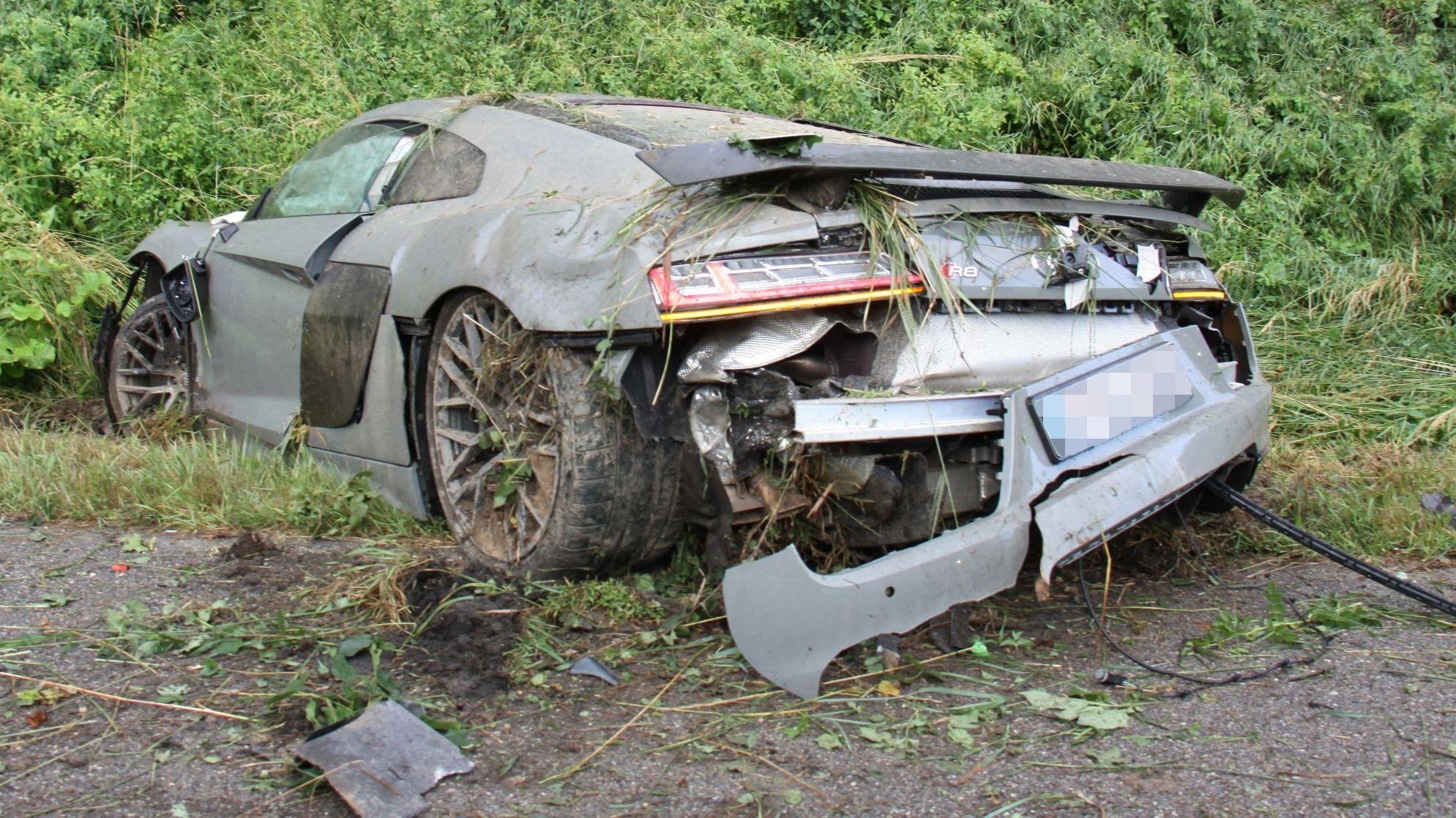 Der demolierte Audi R8 liegt am Rande der A9 in einer Böschung.