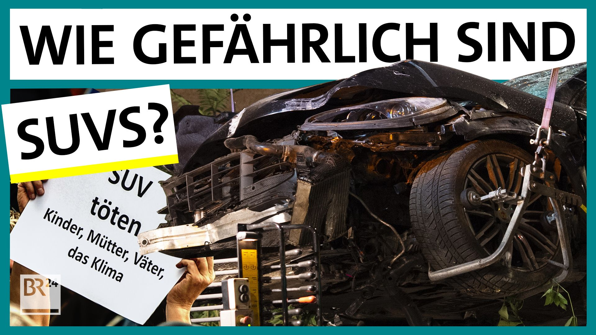 Ein zerstörter SUV wird auf einen Abschleppwagen gehoben.