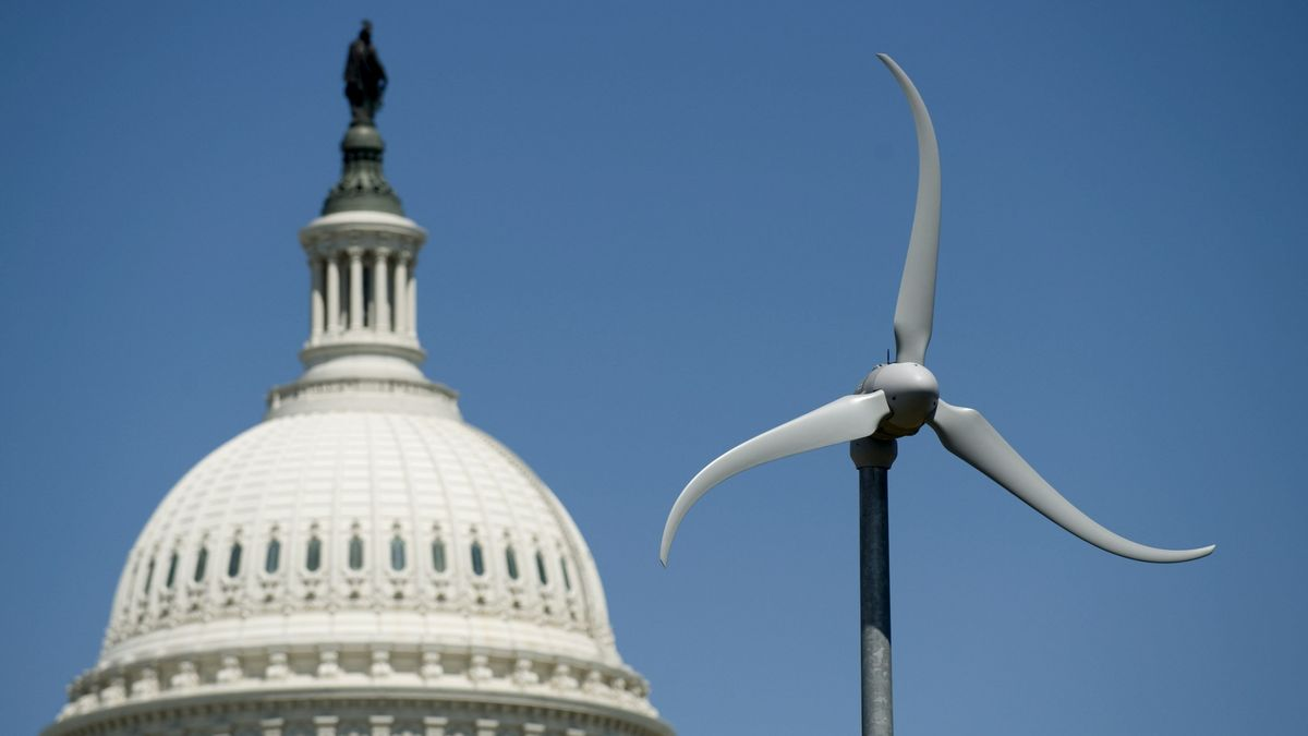 Eine Wind-Turbine im Botanischen Garten in Washington ist vor der Kuppel des US Capitols zu sehen (Archivbild).