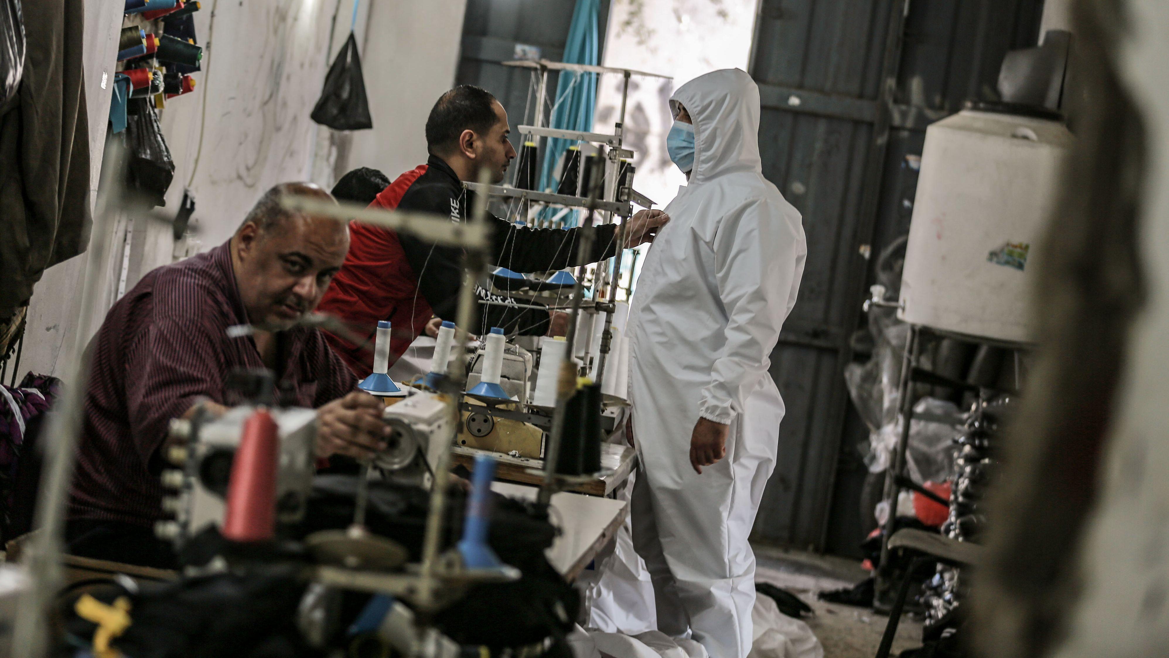 Im Gazastreifen haben sich die Bewohner und Fabrikbesitzer auf die Herstellung von Schutzausrüstung spezialisiert.