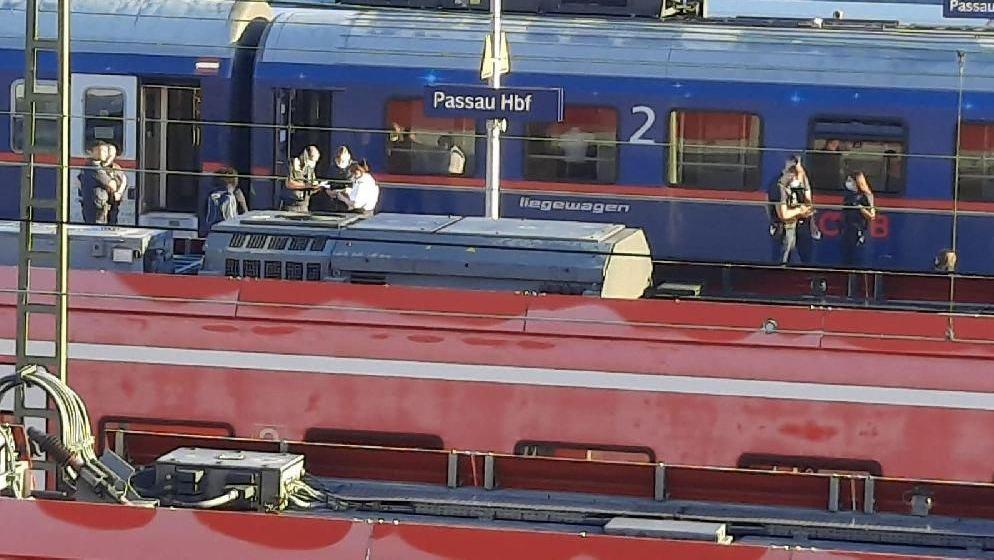 Polizeibeamte ermitteln wegen eines angezeigten Sexualdelikts im Nachtzug am Passauer Hauptbahnhof