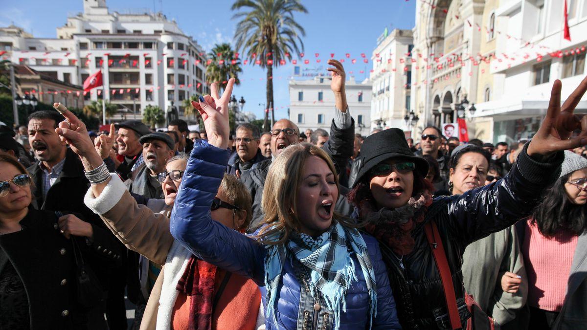 Tunesische Frauen formen mit ihren Händen das Siegeszeichen bei der Feier zum siebten Jahrestag der Tunesischen Revolution.