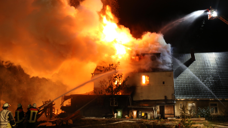 Meterhohe Flammen schlagen aus einem brennenden Gebäude