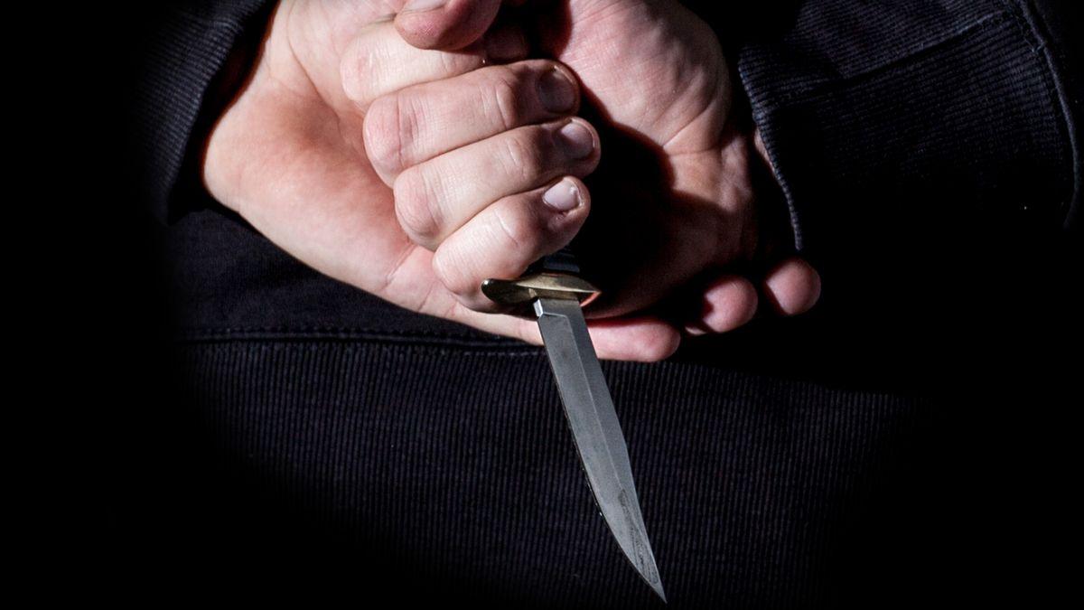 Eine Hand umklammert ein Messer.