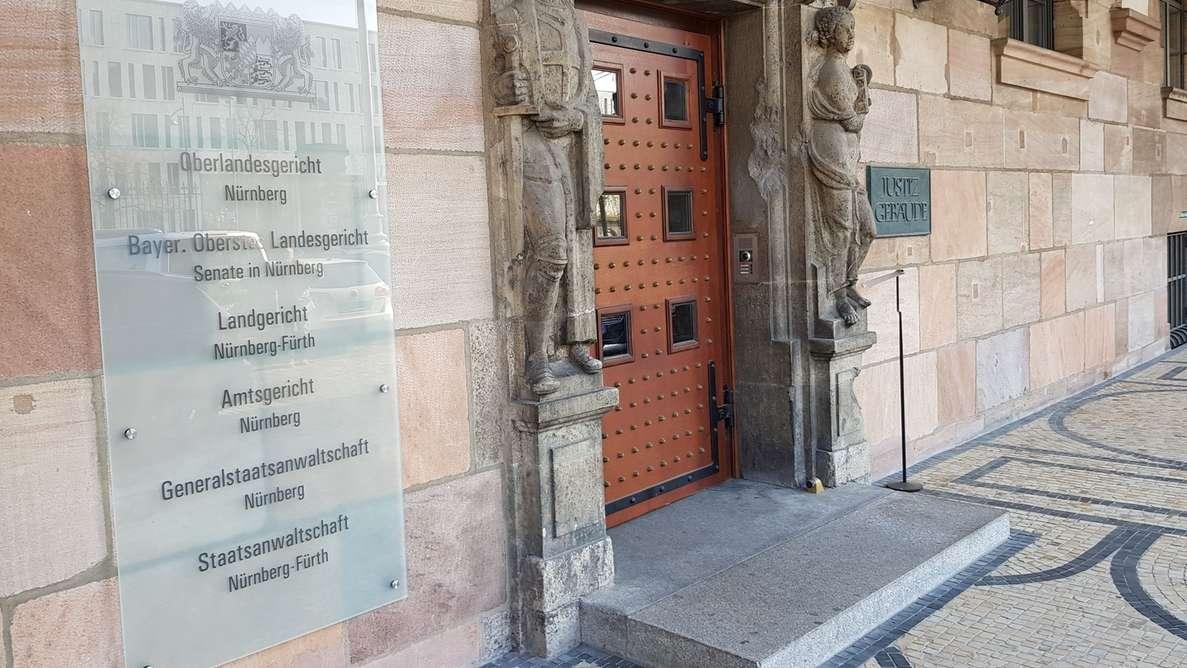 Schild am Eingang des Gerichtskomplexes Nürnberg-Fürth