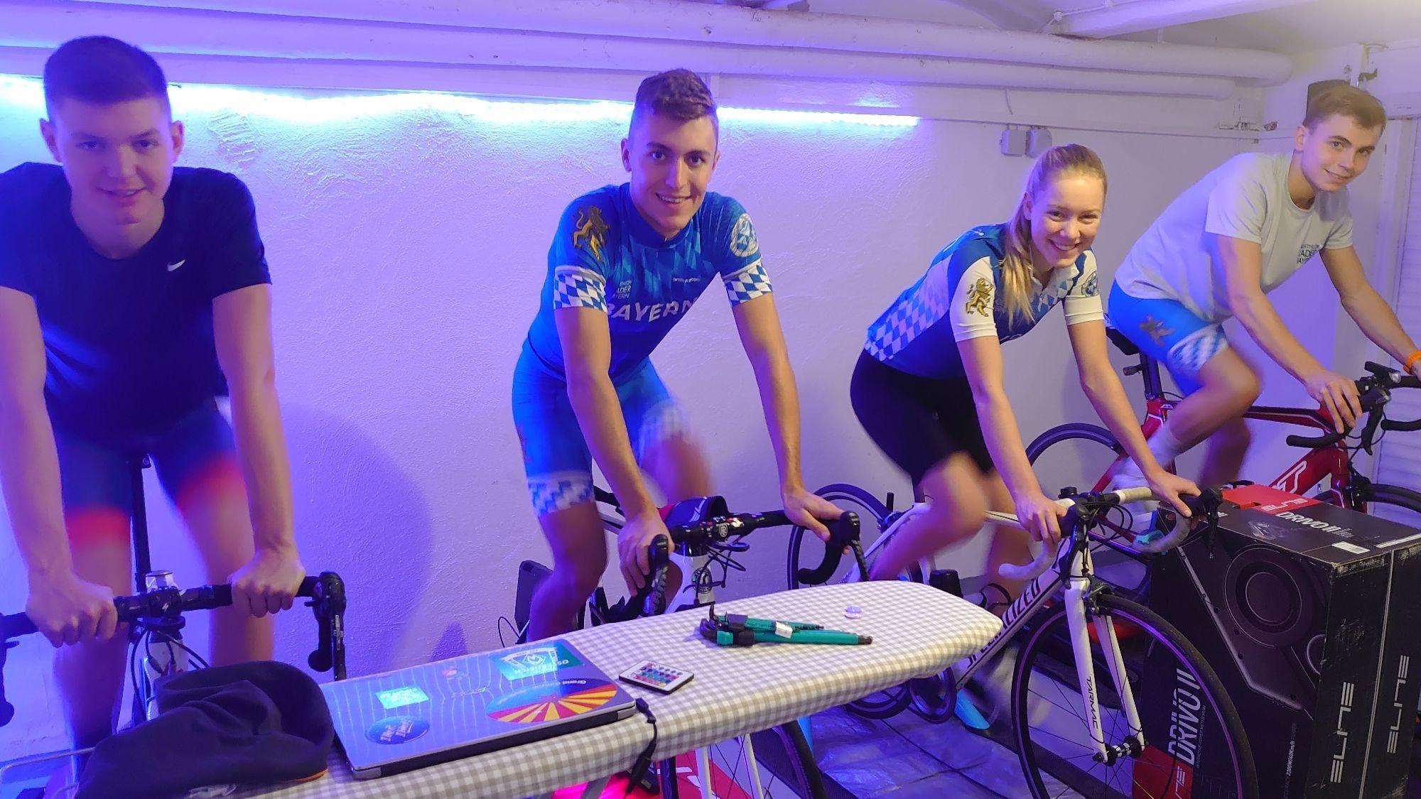 Die Triathleten in ihrem WG-Keller beim gemeinsamen Radtraining auf Rollen.
