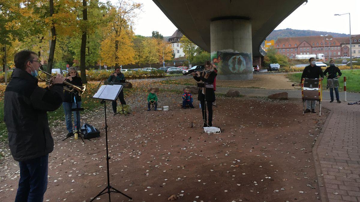 Der Spielmannszug der Kolping-Familie in Lohr am Main probt corona-bedingt unter der neuen Mainbrücke.