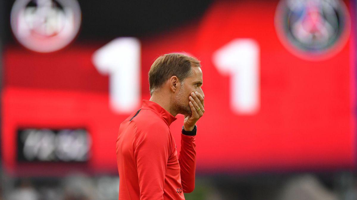 Paris-Trainer Thomas Tuchel und Anzeigetafel im Max-Morlock-Stadion in Nürnberg