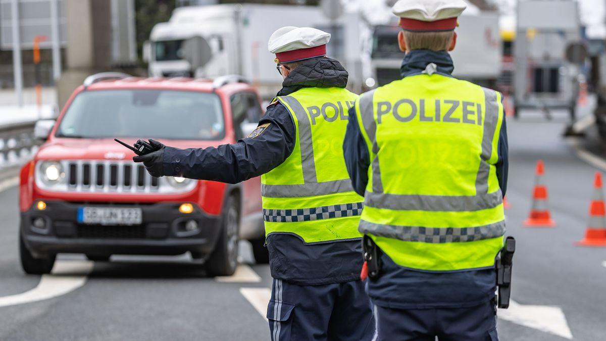 Österreichische Polizisten am Brenner