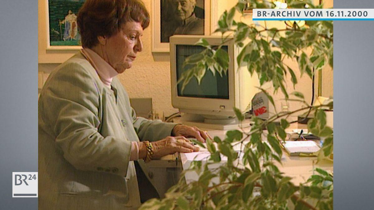 Ellis Kaut an ihrem Schreibtisch