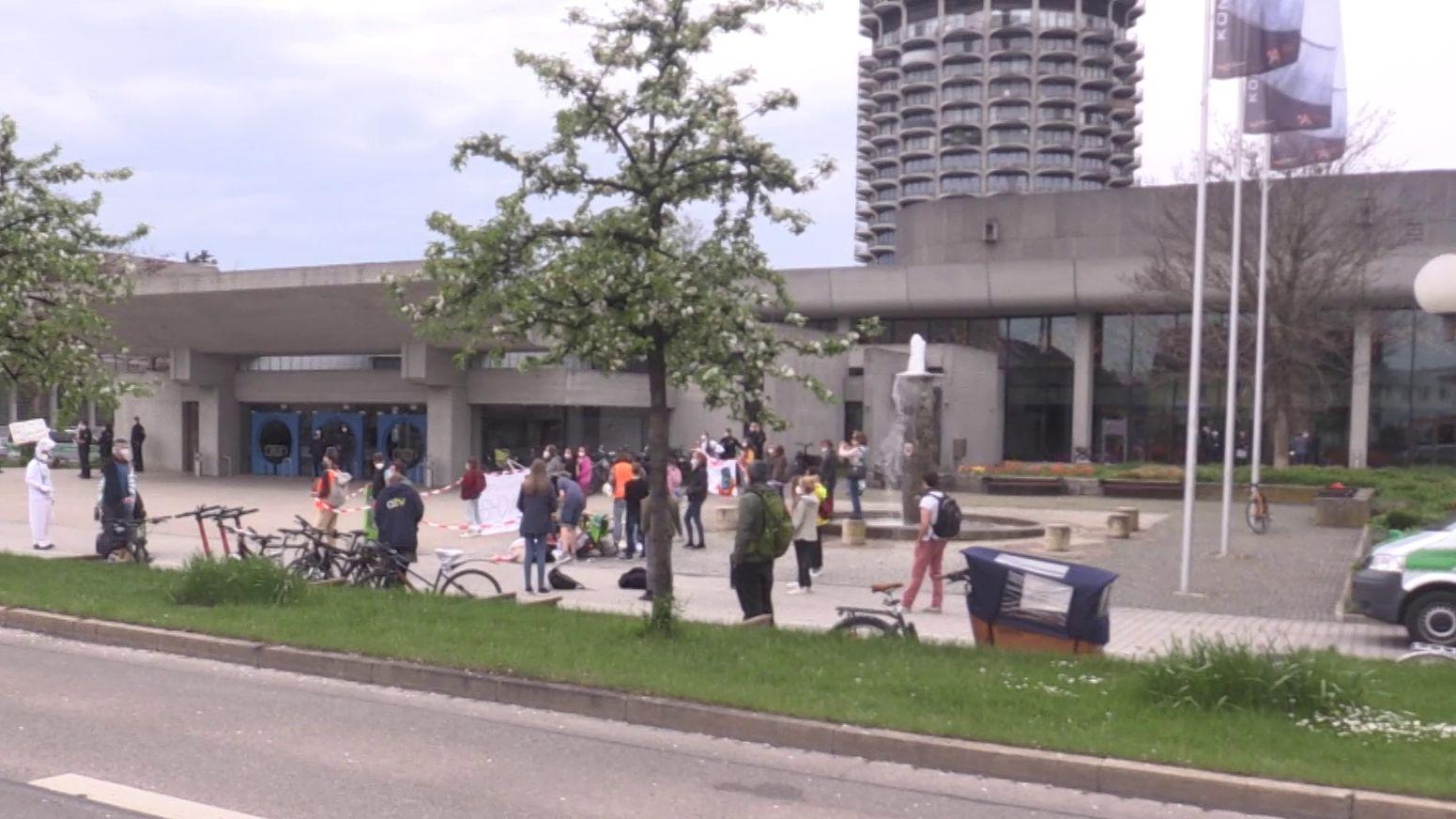 Klimaschützer protestieren am Rande einer Stadtratssitzung in Augsburg