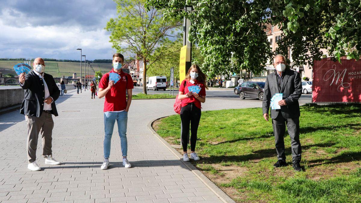 Wolfgang Weier, Geschäftsführer von Würzburg macht Spaß (links) und Wolfgang Kleiner, Kommunalreferent der Stadt Würzburg, verabschieden Alicia und Florian zu ihrer ersten Tour.