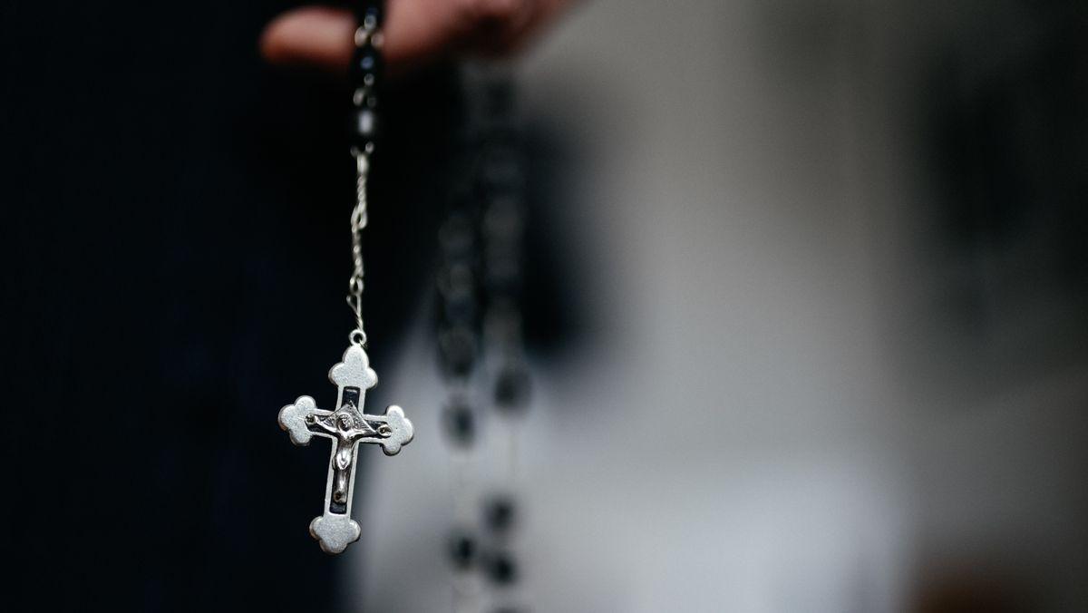 Kreuz an einem Rosenkranz