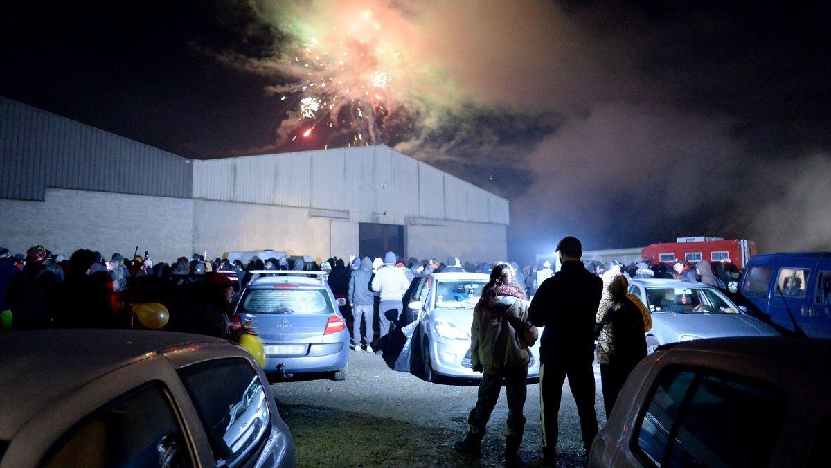 Der illegale Rave in einem Hangar im französischen Lieuron wurde in der Silvesternacht von der Polizei aufgelöst.
