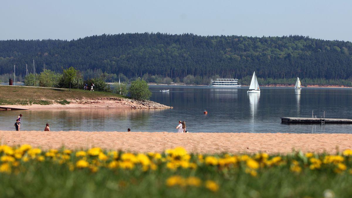 Blick über den Strand von Ramsbergauf den Brombachsee im Fränkischen Seenland