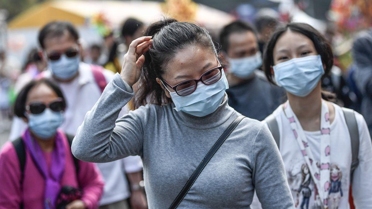 Chinesen in Guangzhou mit Gesichtsmasken gegen die Ansteckung mit dem Corona-Virus