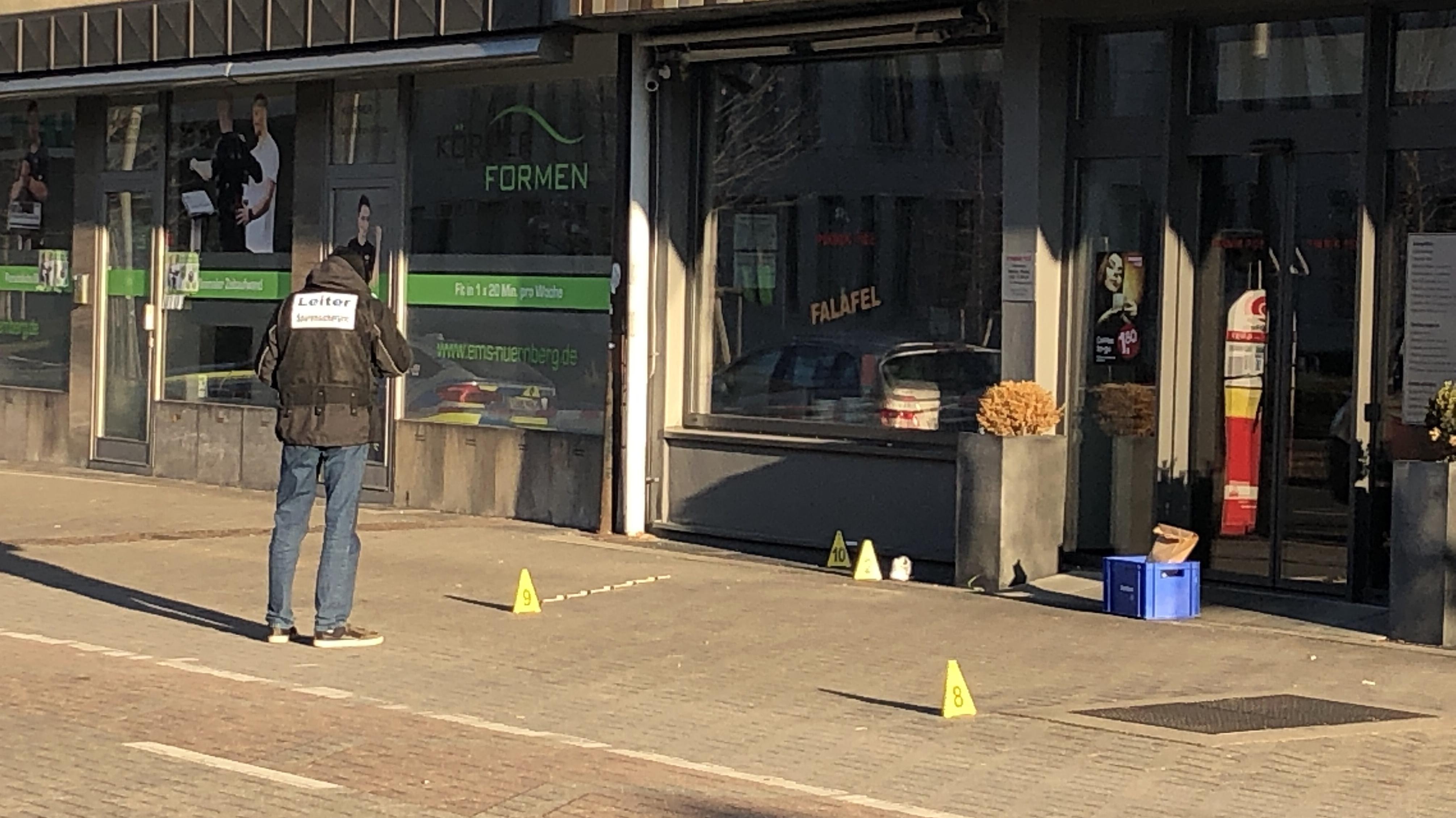 Ein Ermittler steht am Tatort in der Innenstadt