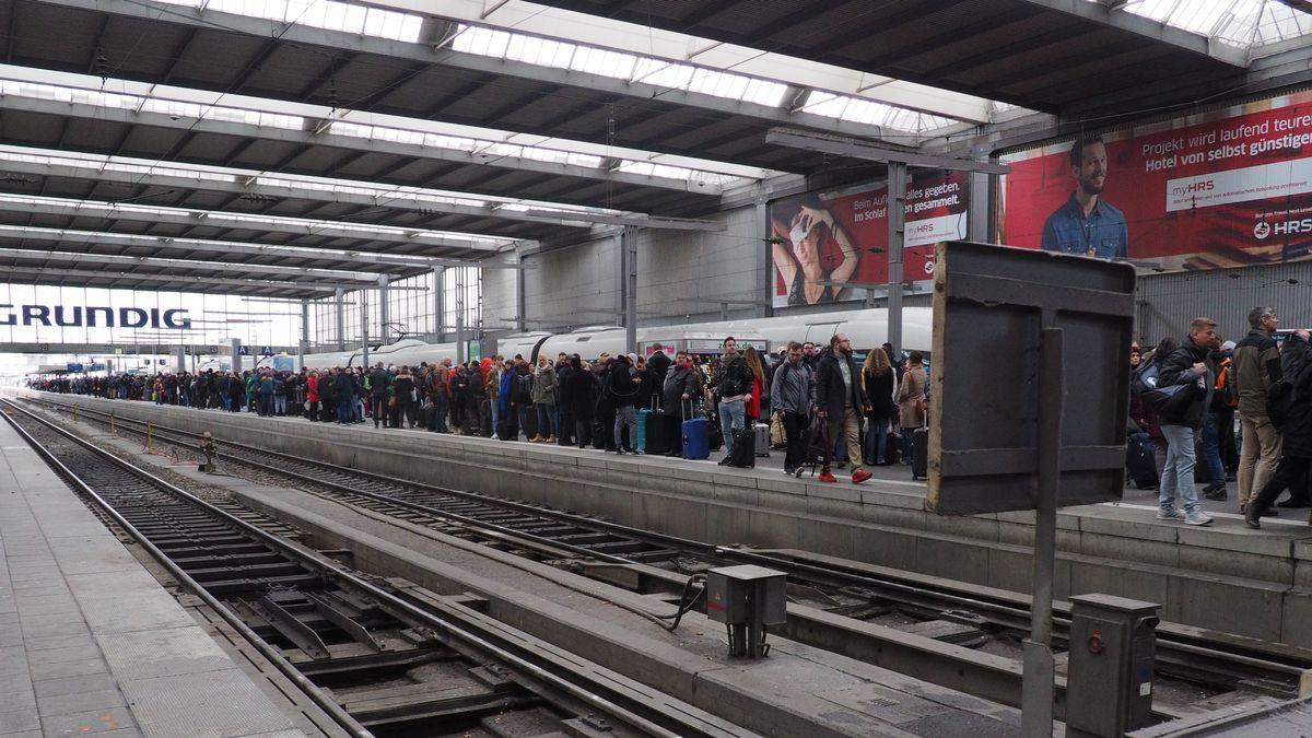 Wartende Reisende am Münchner Hauptbahnhof.