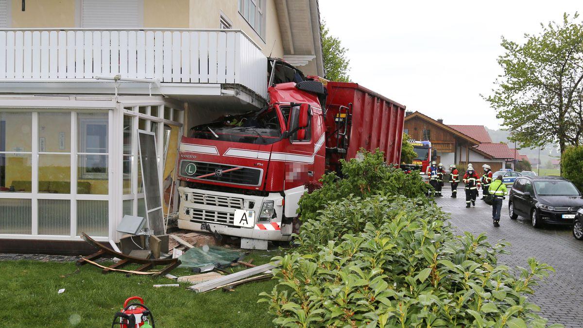 Offenbar ungebremst ist ein Abfalllaster am Samstagmorgen in ein Wohnhaus in Peißenberg gekracht
