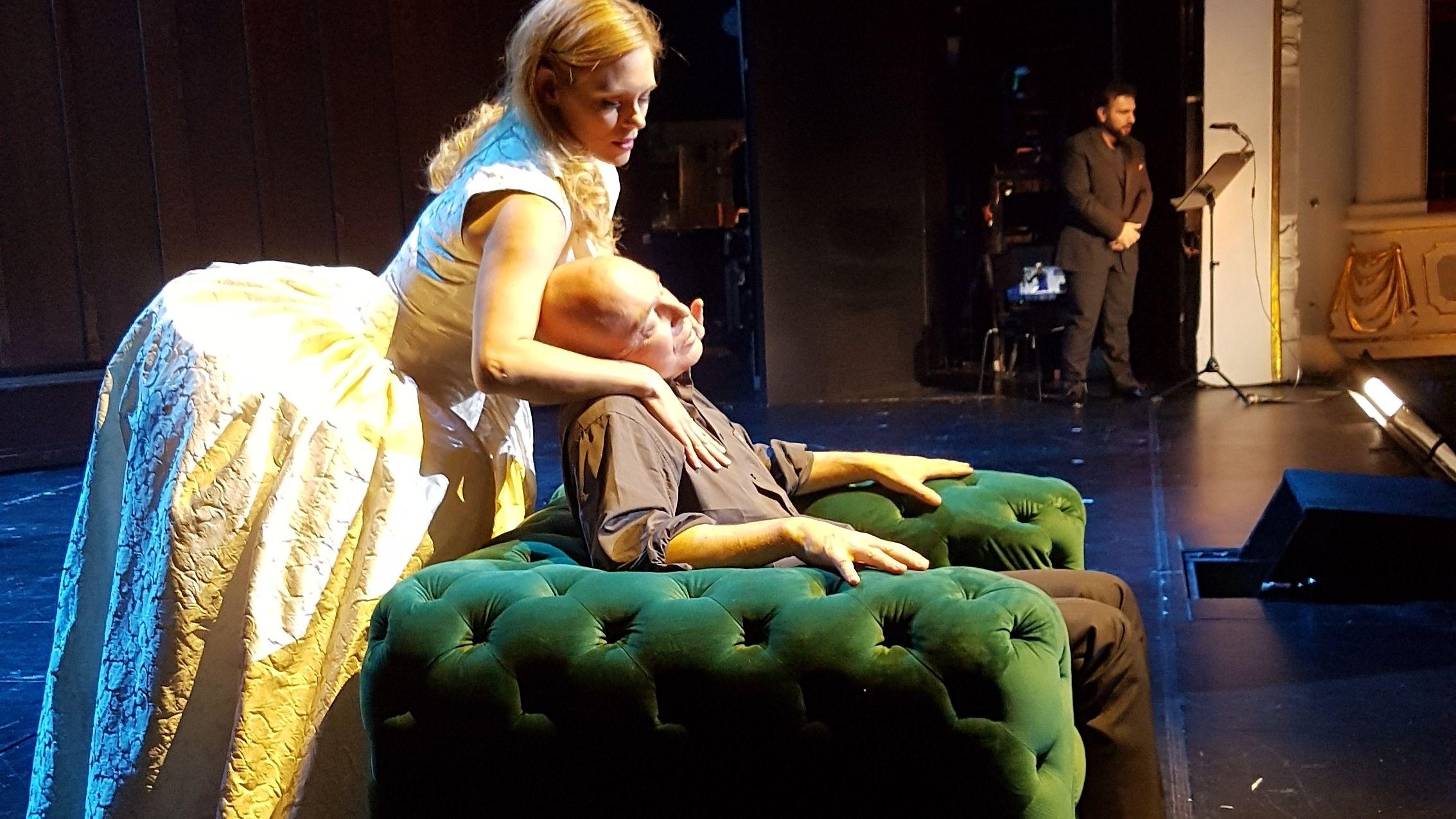 Don Carlos am Staatstheater Nürnberg: Staatsintendant Jens-Daniel Herzog in der Titelrolle, im Hintergrund ist der eingesprungene Tenor zu sehen