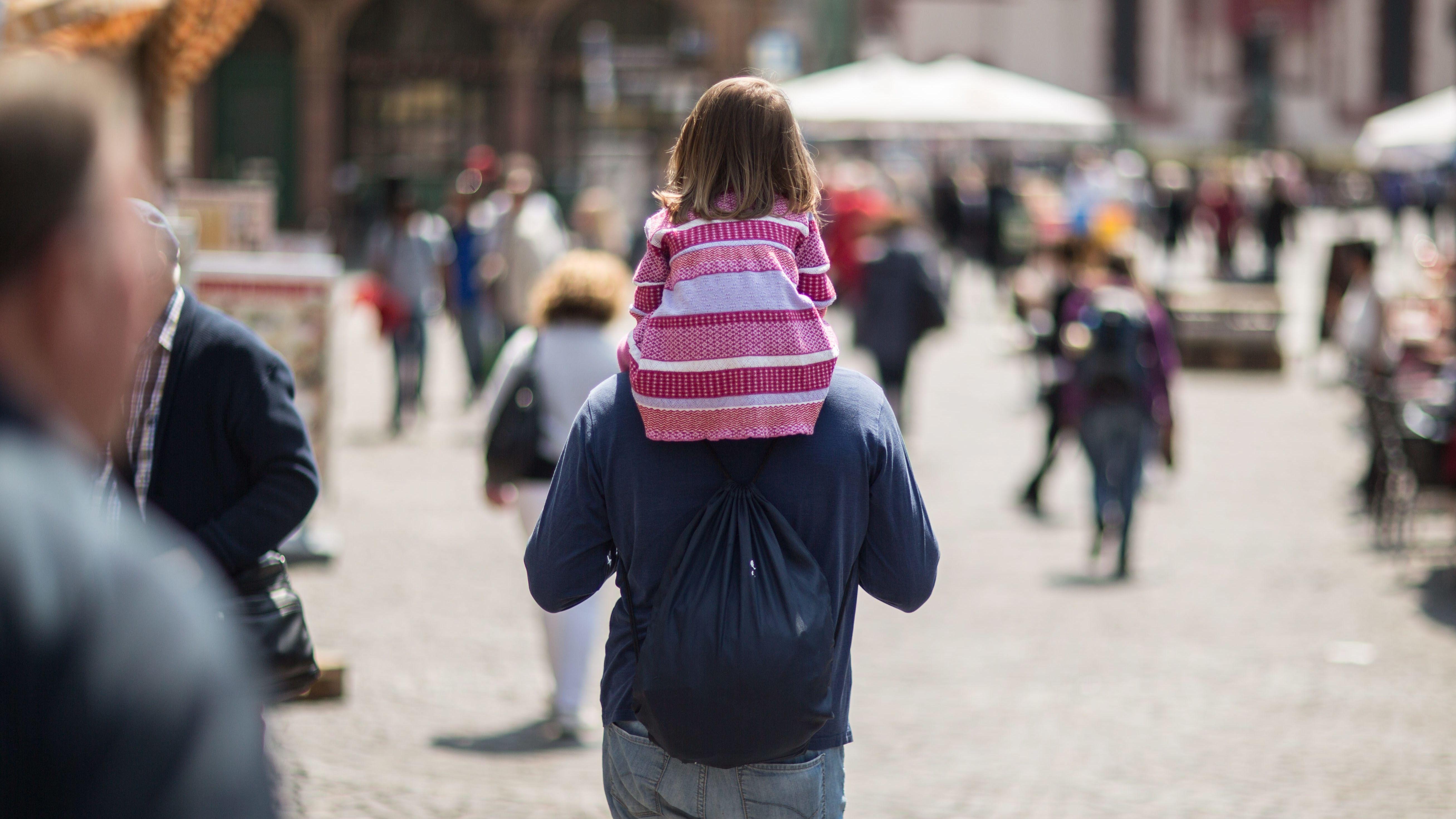 Vater und Tochter in einer Fußgängerzone