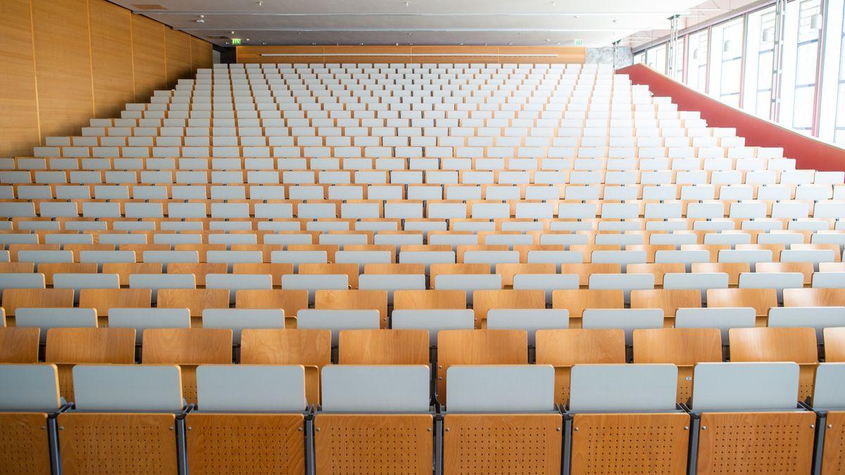 Leere Stühle und Tische in einer Universität.
