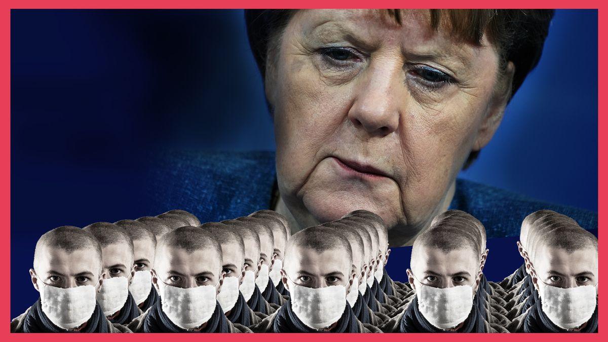 Bundeskanzlerin Angela Merkel blickt von oben auf maskierte, vom Aussehen identische Männer herunter, die in Reih und Glied stehen.