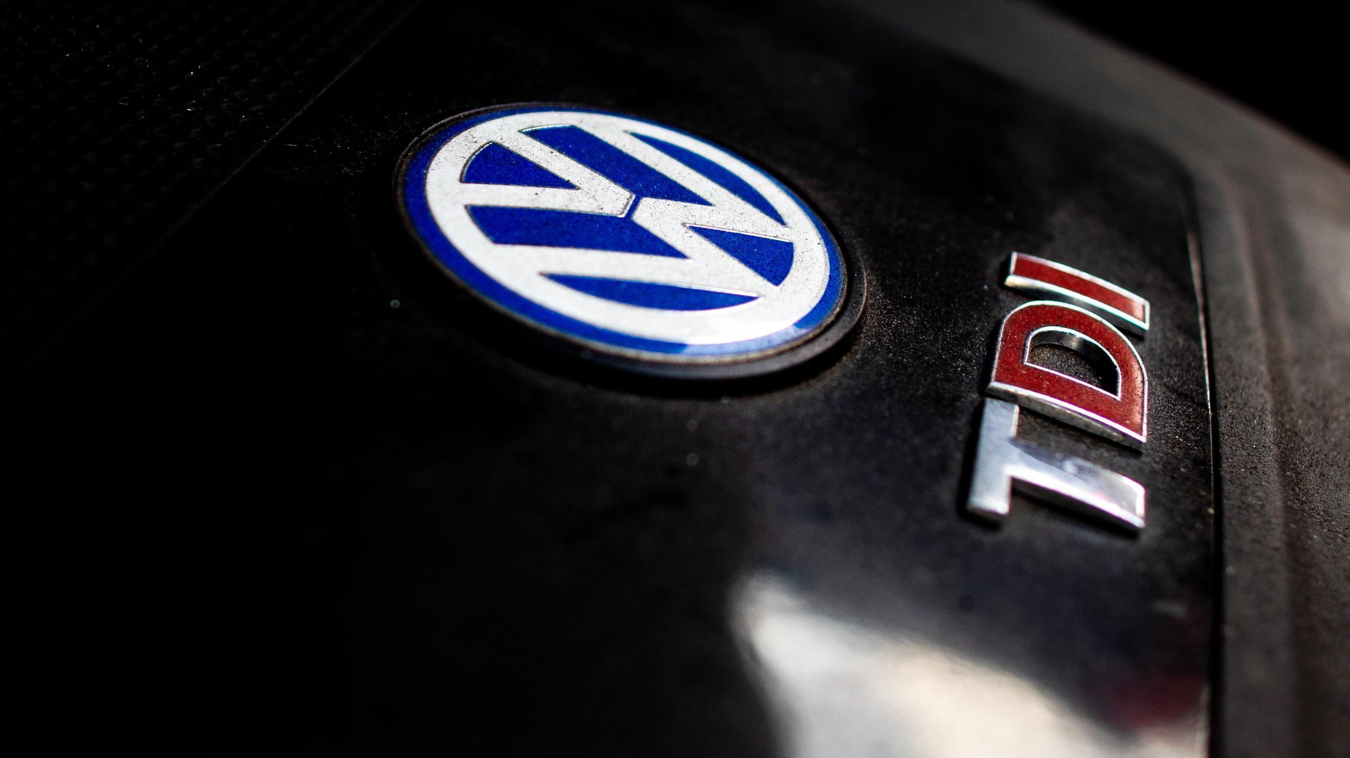 VW-Logo im Motorraum eines Autos