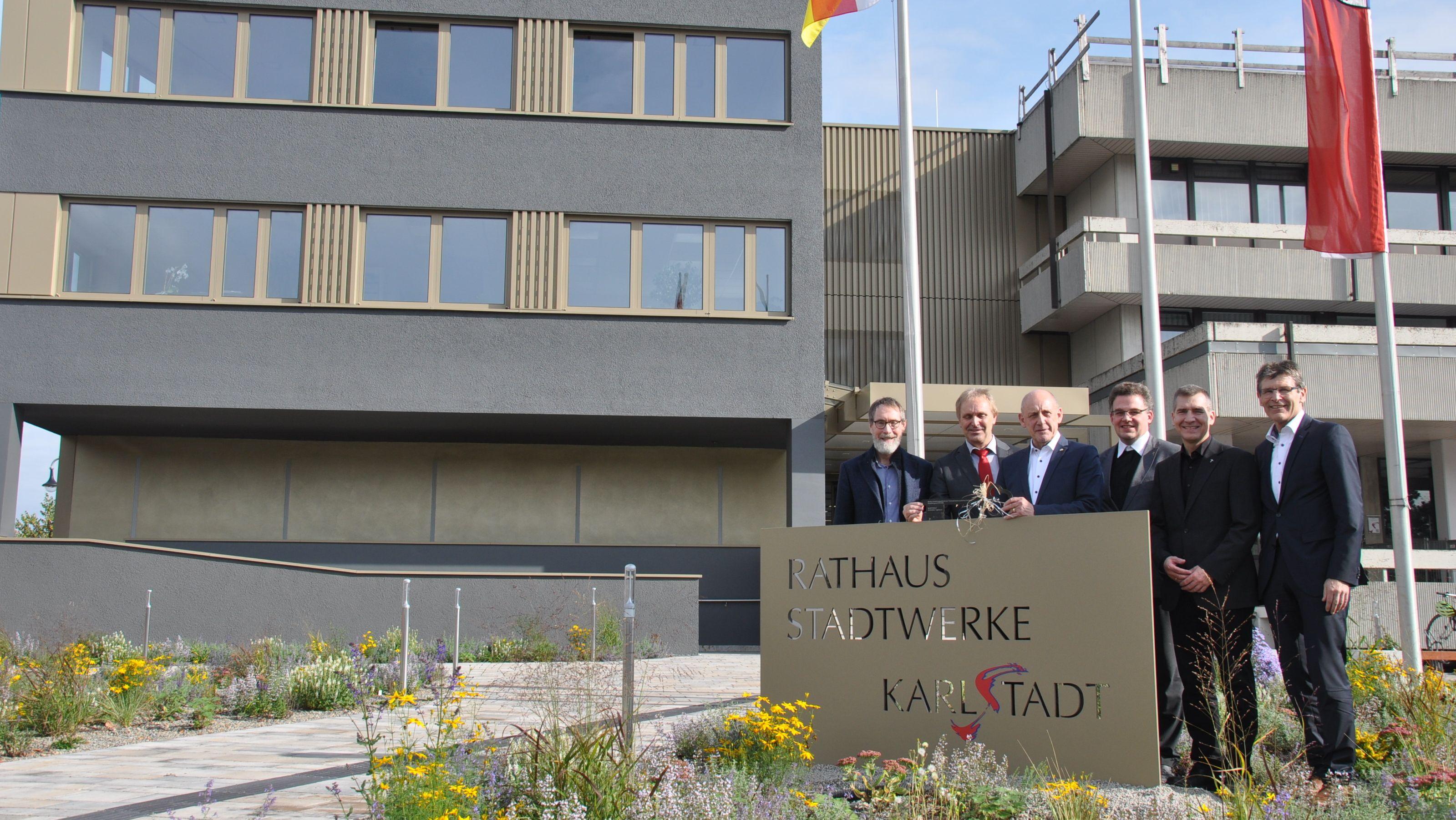Andreas Baur von Baur-Consult, der Leiter der Stadtwerke Klemens Albert, Karlstadts Bürgermeister Paul Kruck, die beiden Pfarrer Simon Meyer und Matthias Hörning sowie Landrat Thomas Schiebel.