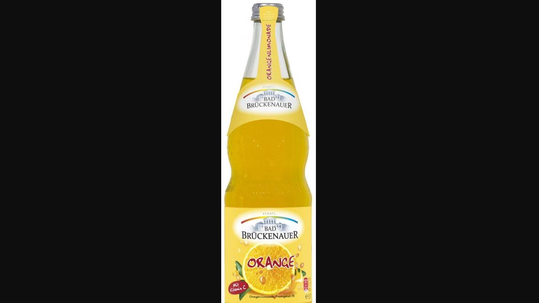 """Eine Flasche Orangenlimonade der Marke """"Bad Brückenauer""""."""