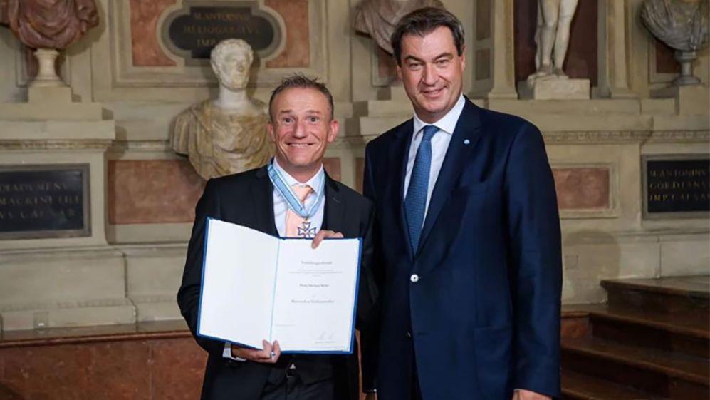 Michl Müller (links) von Ministerpräsident Markus Söder (rechts) ausgezeichnet