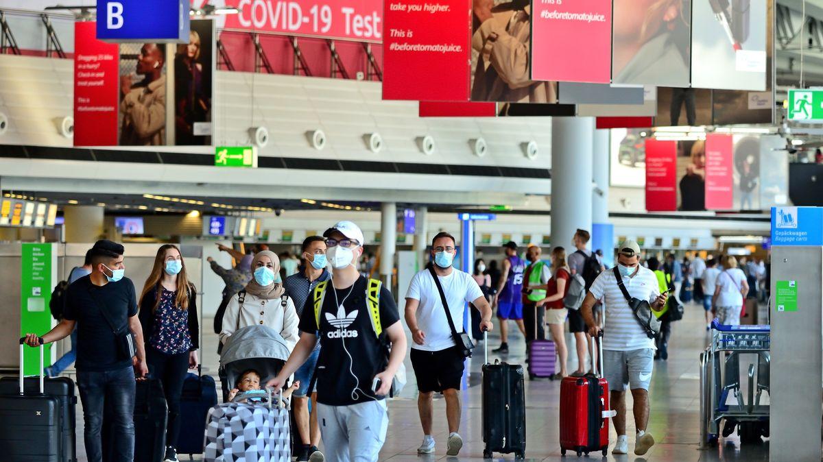 Symbolbild: Reiserückkehrer am Flughafen