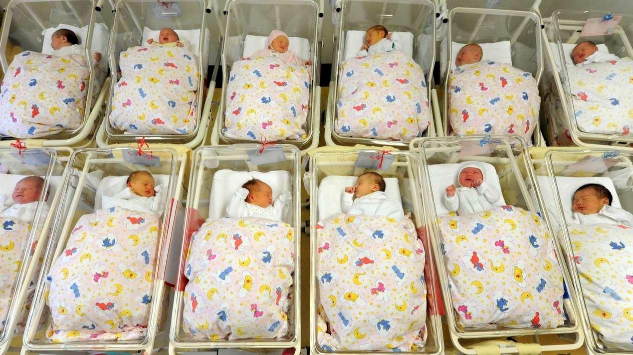 Neugeborene auf einer Geburtsstation im Krankenhaus.