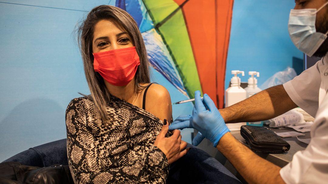 Eine Frau erhält im Rahmen einer landesweiten Impfkampagne eine Dosis des Corona-Impfstoffs von Biontech/Pfizer in einem Impfzentrum.