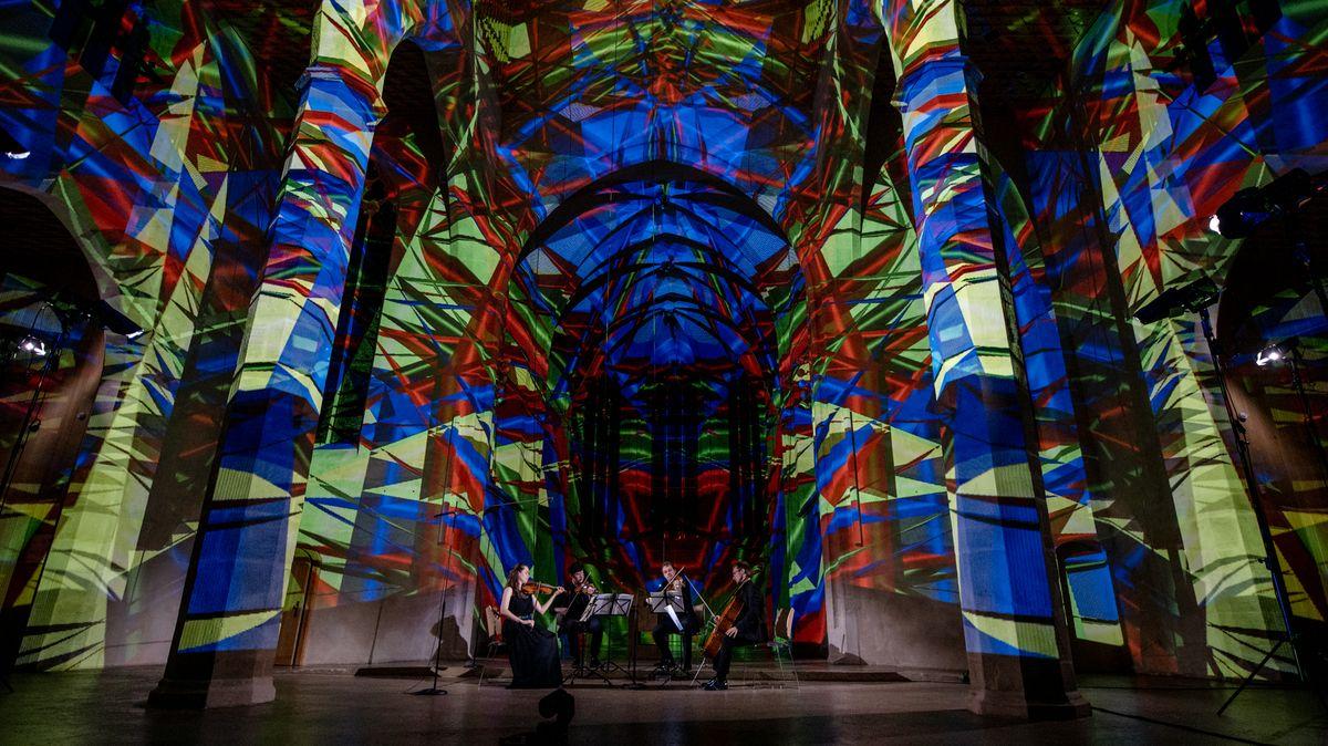 Abschlusskonzert des Eliot-Quartetts im Germanischen Nationalmuseum, in dem der Saal blau, gelb und rot beleuchtet ist.