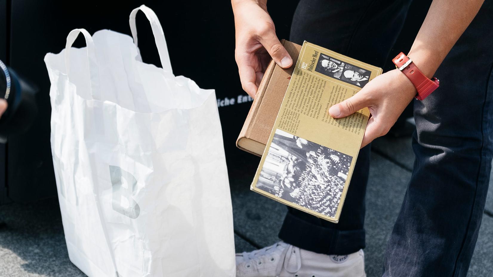 Yoshinori Niwa räumt alte Bücher aus dem Recycling-Container