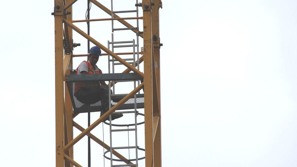 Vergangene Woche hatten Bauarbeiter zwei Kräne auf einer Baustelle in Königswiesen besetzt.