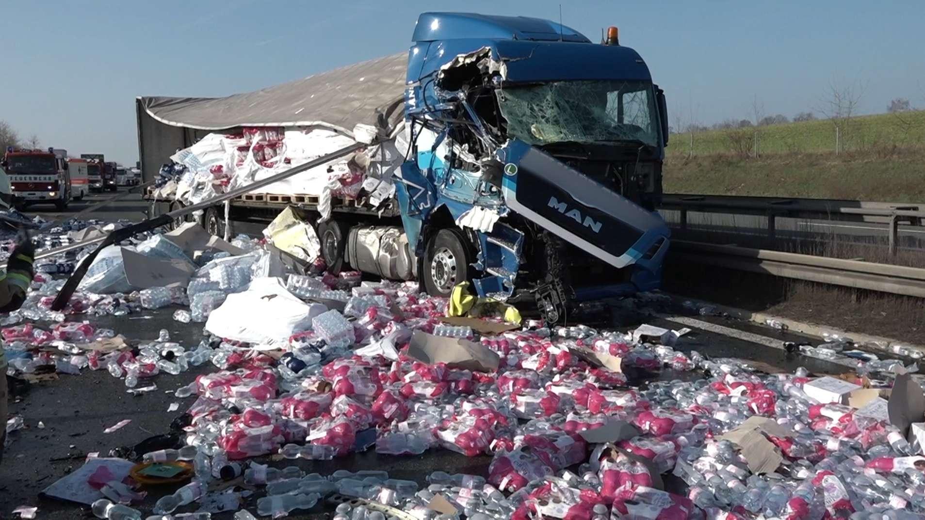 Auf der A9 bei Münchberg ist ein LKW in einen Sicherungsanhänger der Autobahnmeisterei geprallt und hat dabei große Teile seiner Ladung verloren.