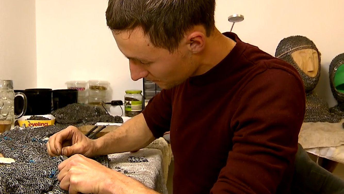 Sebastian Völk ist Experte für die Herstellung historischer Kettenhemden