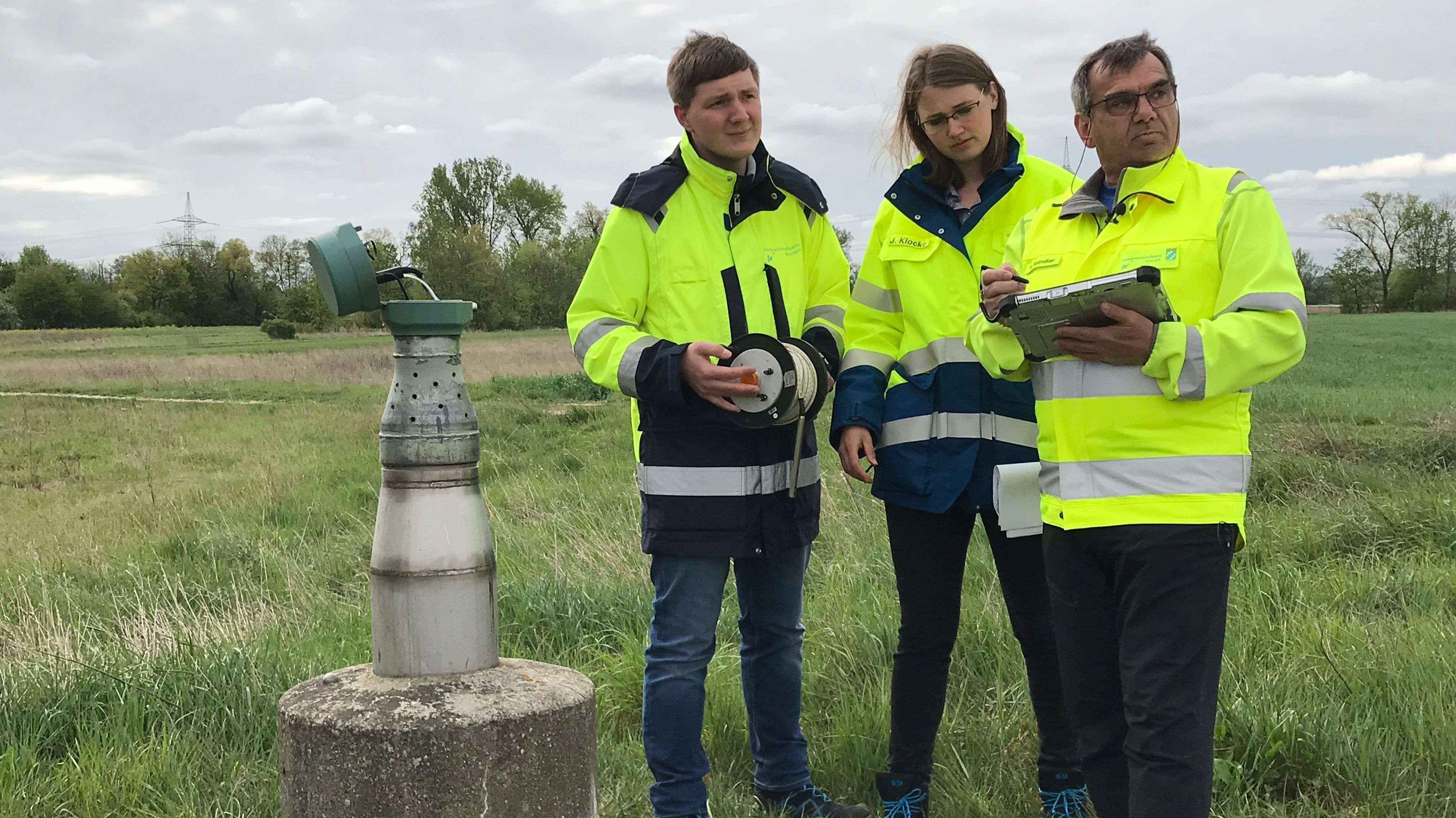 Mitarbeiter des Wasserwirtschaftsamtes Kronach an einer Messstelle bei Bamberg