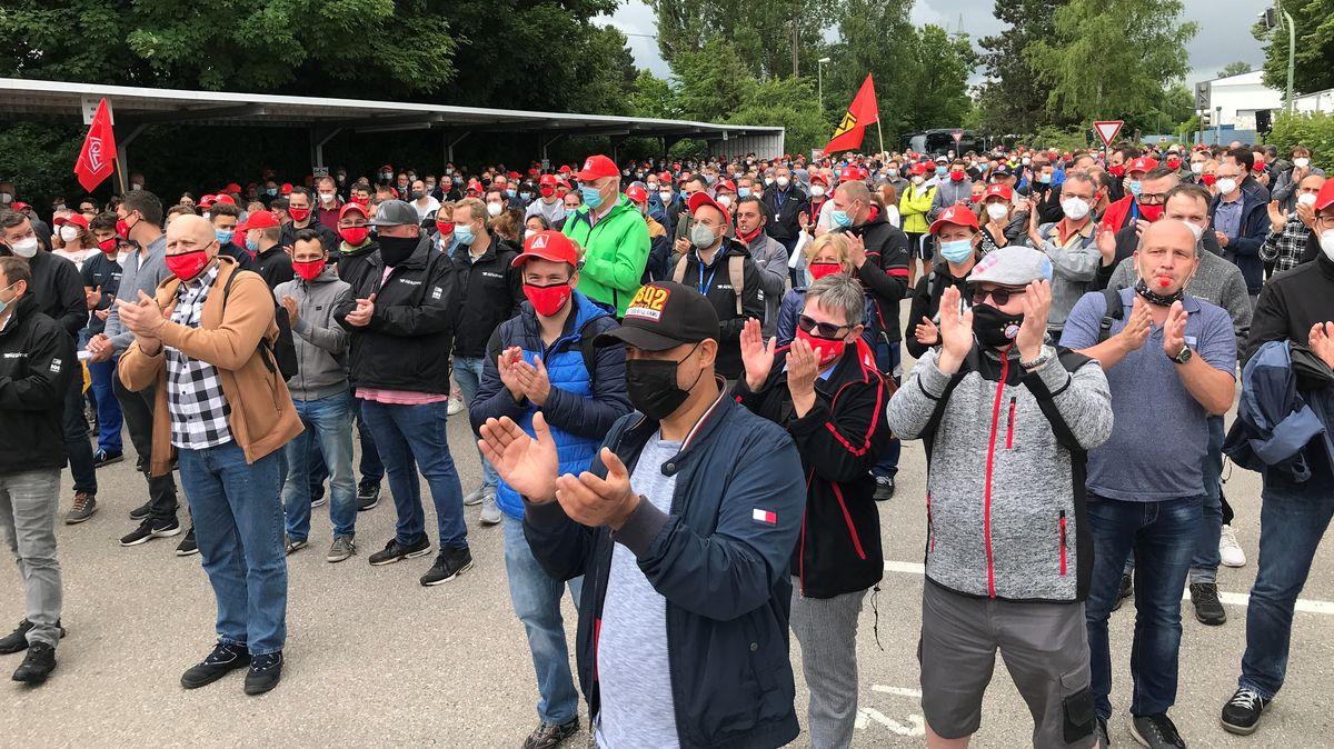 Mitarbeiter der Airbus-Tochter Premium Aerotec bei der spontanen Protestaktion in Augsburg.