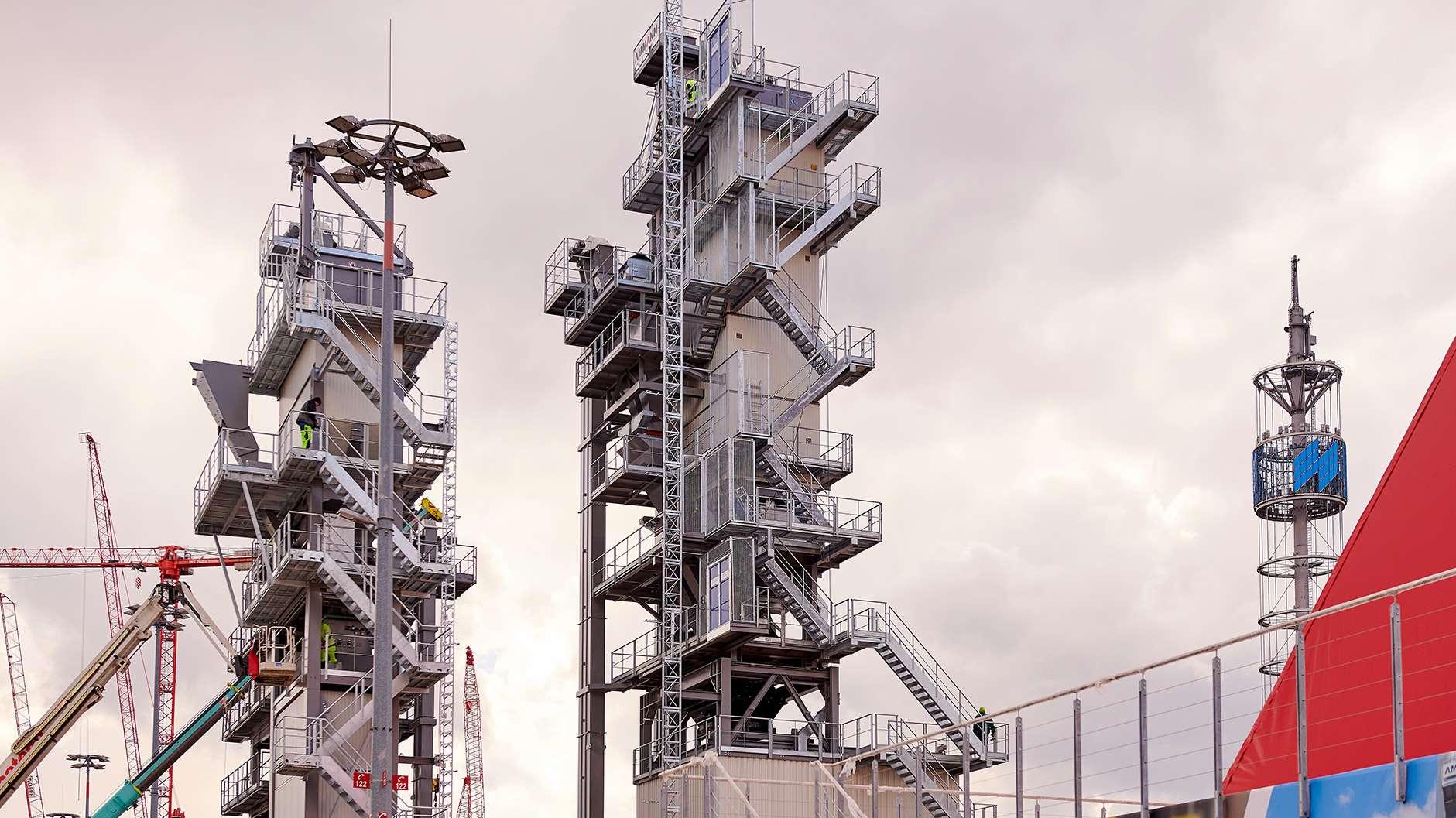Stahlkoloss: 40 Meter hohe Asphaltmischanlagen warten auf die Besucher.
