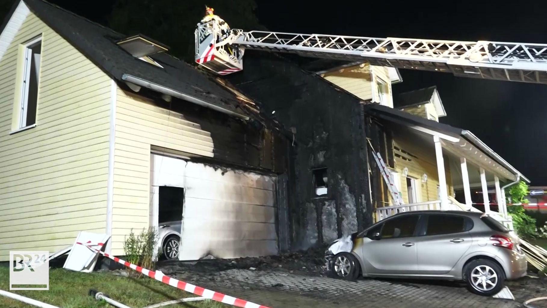Feuerwehrleiter über verrußtem Dach eines Einfamilienhauses in Weismain
