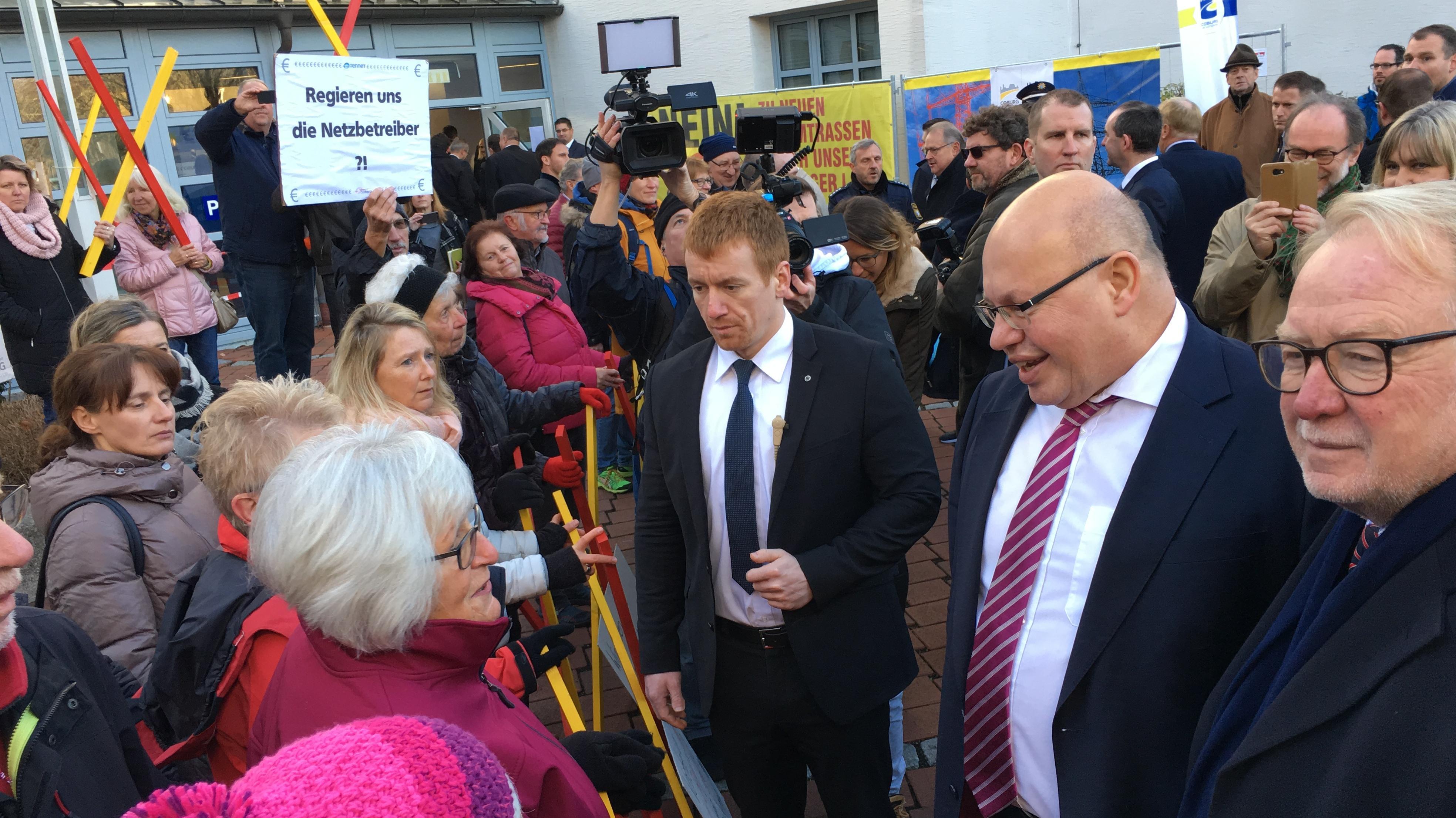 Bundeswirtschaftsminister Peter Altmaier im Gespräch mit Demonstranten in Coburg