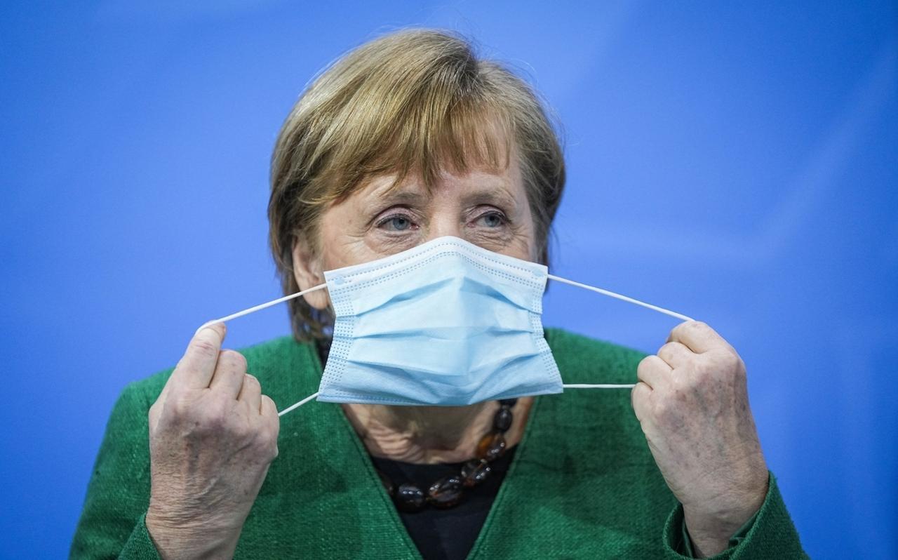 23.03.2021, Berlin: Bundeskanzlerin Angela Merkel (CDU), setzt zu Beginn einer Pressekonferenz im Kanzleramt nach den Beratungen von Bund und Ländern ihre Maske ab. Der seit Monaten andauernde Lockdown in Deutschland wird angesichts steigender Corona-Infektionszahlen bis zum 18. April verlängert.