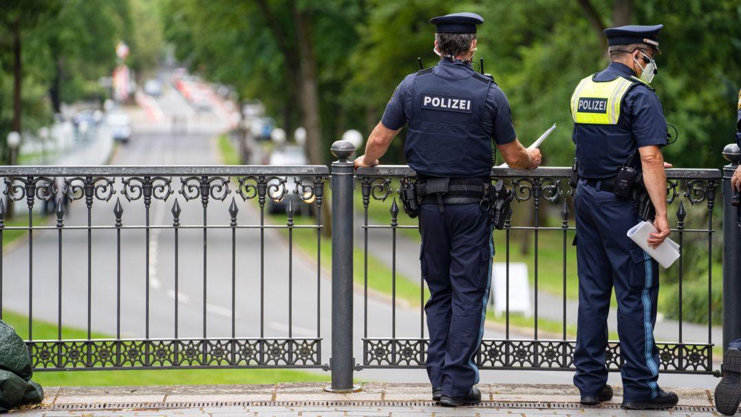 Safety first: Polizisten überwachen das Gelände rund um das Bayreuther Festspielhaus vor der Eröffnung der Bayreuther Festspiele.