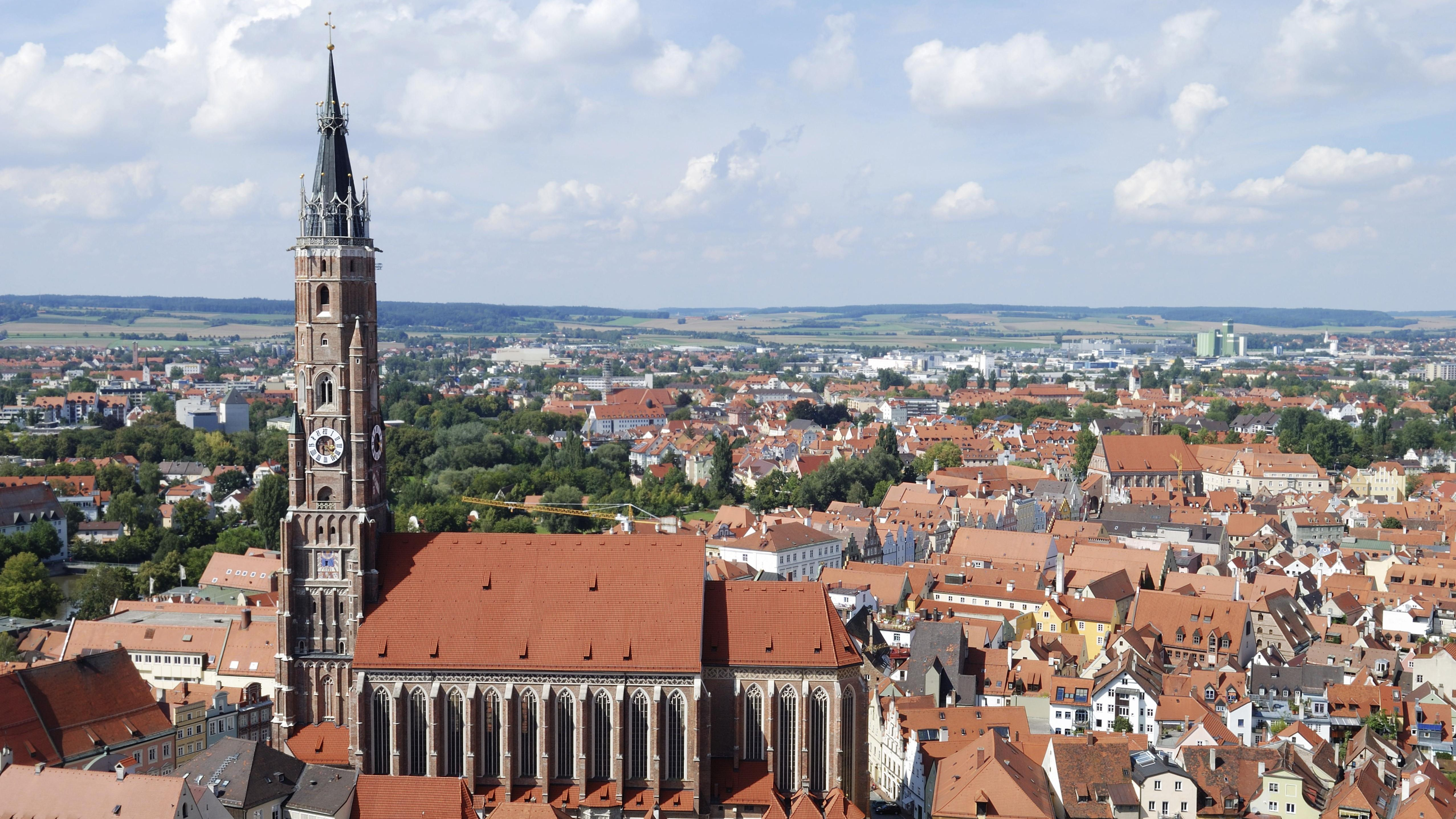 Blick über die Altstadt von Landshut in Niederbayern mit der St.-Martin-Kirche