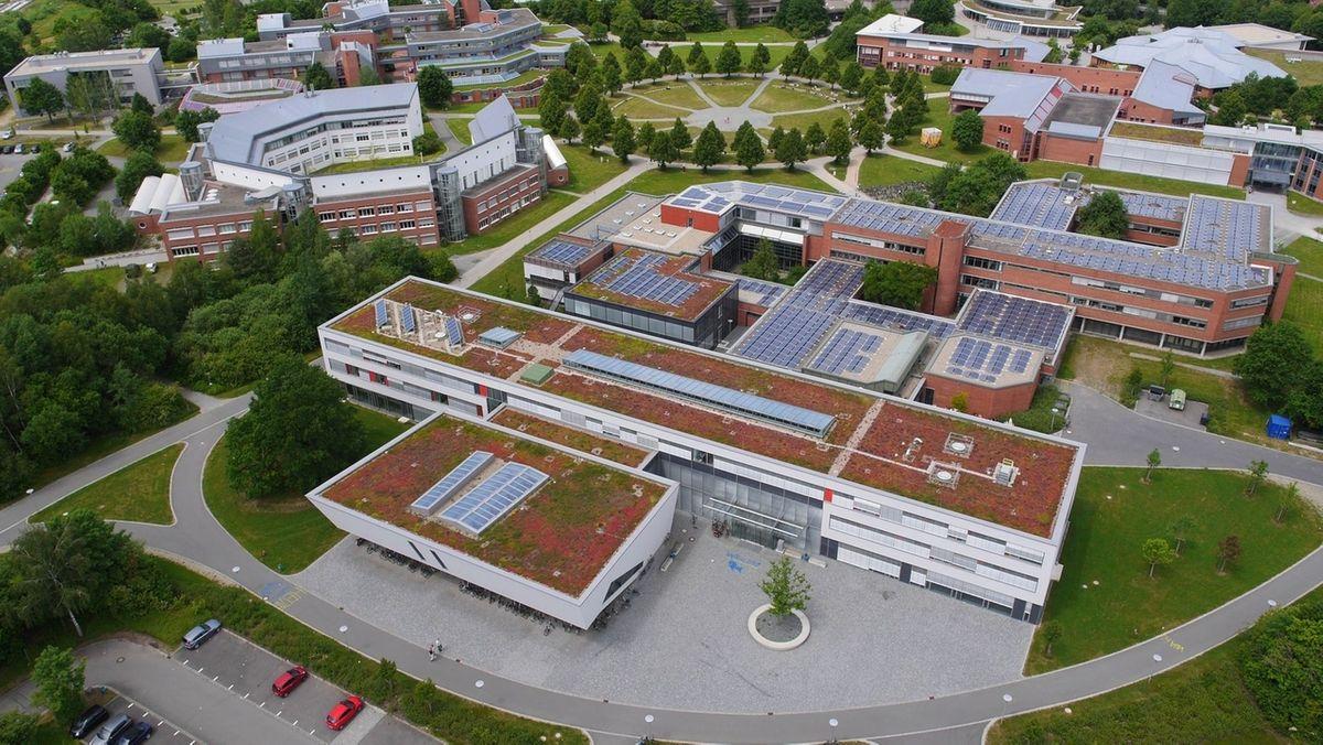 Eine Luftaufnahme zeigt das Gelände der Uni Bayreuth von oben