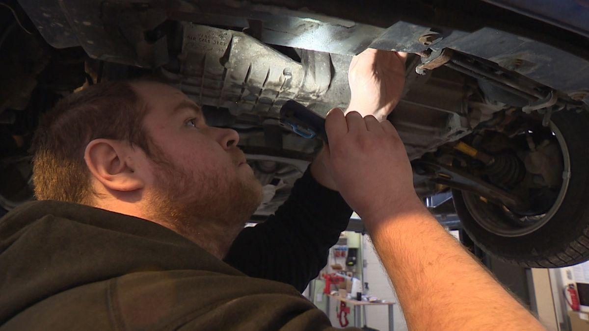 Automechaniker Max Knorr bei der Arbeit.